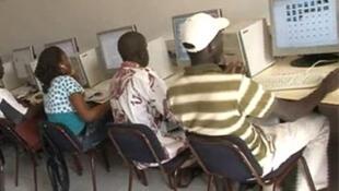 Vue d'une salle numérique, d'un campus numérique francophone du Bureau Afrique de l'Ouest.(capture d'écran).