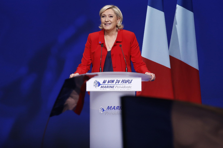 Dans ses meetings aussi, Marine Le Pen s'est délestée du drapeau de l'Union européenne.