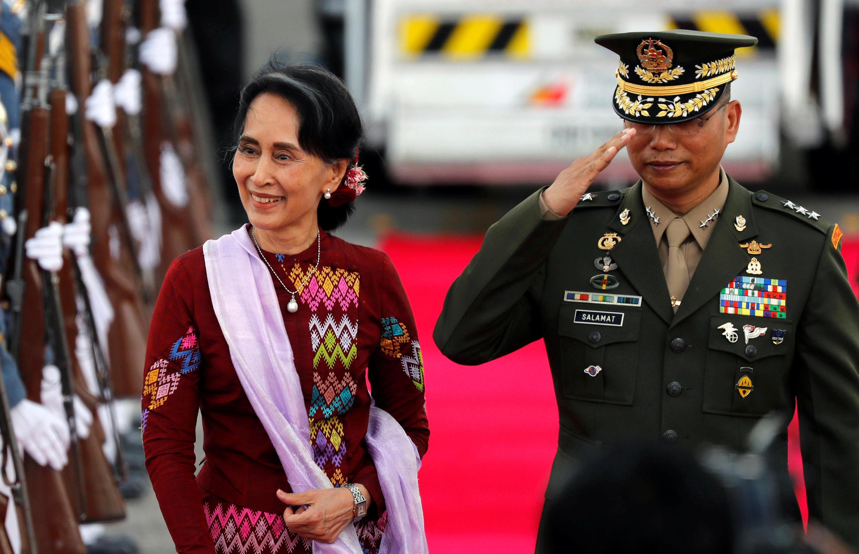 Cố vấn nhà nước Miến Điện Aung San Suu Kyi duyệt đội quân danh dự Philippines trước thềm hội nghị thượng đỉnh ASEAN, Clark, Pampanga, ngày 11/11/2017.