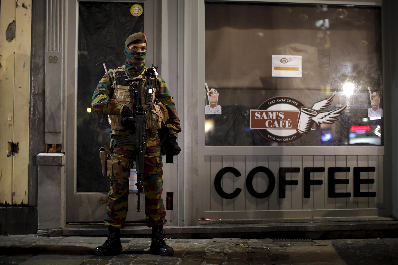 Boa parte do comércio na capital belga permanece fechado em razão do aumento do nível de alerta terrorista na região.