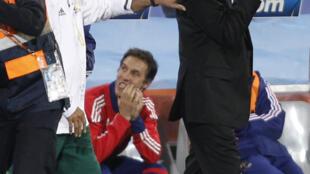 Carlos Alberto Parreira, técnico da seleção sul-africana, e Raymond Domenech, técnico da seleção francesa, após o jogo de terça-feira.