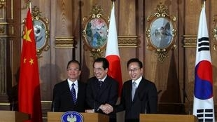 中国总理温家宝(左)日本首相菅直人(中)韩国总统李明博(右)在东京记者会2011年5月22日。