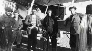 (De d. à g.) : Mermoz, Riguelle, Guillaumet, un soldat et Bougnère :  personnels et pionniers de la Cie Aéropostale au Cap Juby en 1927.