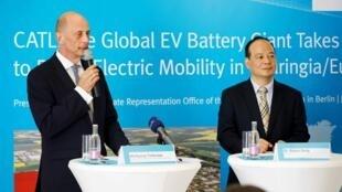中国新能源科技总监曾毓群与德国图林根经济部长蒂分希2018年7月9日柏林