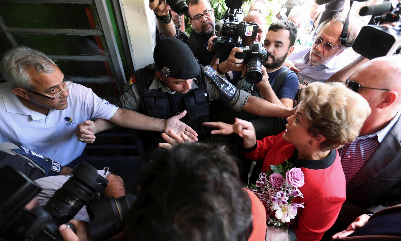 L'ancienne présidente du Brésil, Dilma Rousseff, arrive au bureau de vote à Porto Alegre, le 2 octobre 2016.