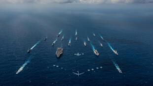 """Tầu sân bay Mỹ USS Ronald Reagan và tầu chở trực thăng Nhật Bản JS Hyuga tập trận """"Keen Sword"""" cùng với 16 tầu chiến khác của Hải Quân Mỹ và Lực lượng Phòng vệ Nhật Bản ngày 08/11/2018 trên Biển Philippines."""