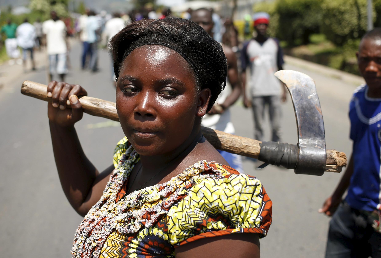 Une manifestante opposée au troisième mandat du président burundais Pierre Nkurunziza dans les rues de Bujumbura, le 13 mai 2015.