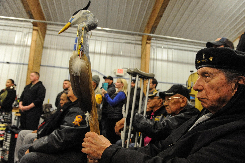 Des vétérans de la communauté sioux lors d'une réunion publique sur le projet de pipeline tant décrié dans le Dakota du Nord, le 3 décembre 2016 à Fort Yates, près de la réserve de Standing Rock.