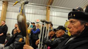 Veteranos de la comunidad sioux durante una reunión pública sobre el proyecto de oleoducto, el 3 de diciembre en Fort Yates, cerca de la reserva de Standing Rock.
