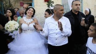 Maral Malka (judía) y Mahmud Mansur (árabe-israelí), celebrando su matrimonio en Jaffa, al sur de Tel-Aviv, 17 de agosto de 2014.