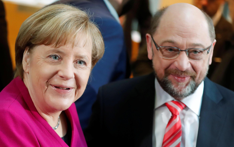 A chanceler Angela Merkel e o líder do SPD Martin Schulz, reunido em congresso, 21, para decidir sobre governo