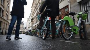 Le très attendu nouveau Vélib', vert pomme pour la version mécanique et bleu turquoise pour l'électrique.