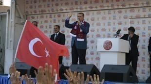 Durante comício, premiê turco, Recep Erdogan, parabenizou Forças Armadas turcas por ação na fronteira com a Síria e ameaçou Damasco.