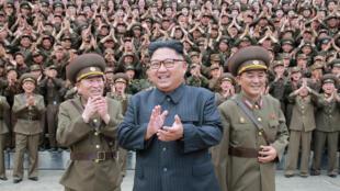 Au centre de la photo, Kim Jung-un, le leader nord-coréen.