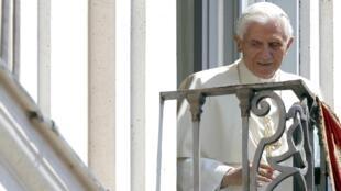Папа Бенедикт XVI на балконе летней резиденции в Кастель Гандольфо 12/08/2012