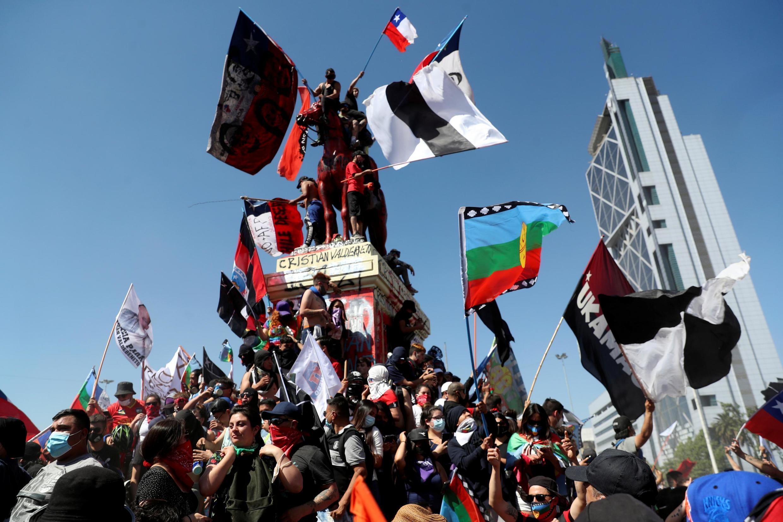 Des manifestants chiliens marquent l'anniversaire de la mobilisation contre les inégalités, à Santiago, le 18 octobre 2020. (image d'illustration)