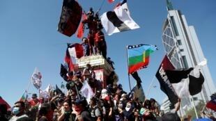 Des manifestants chiliens bravent les mesures contre la pandémie de Covid-19 pour marquer l'anniversaire de la mobilisation contre les inégalités, à Santiago, le 18 octobre 2020.