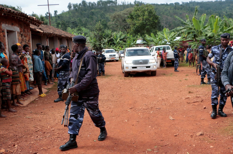 Le chef de l'opposition et candidat à la présidentielle Agathon Rwasa escorté par la police lors de son arrivée à un bureau de vote à Ngozi, ce mercredi 20 mai 2020.