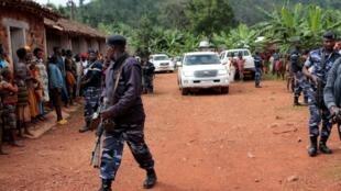 Le chef de l'opposition et candidat à la présidentielle Agathon Rwasa escorté par la police lors de son arrivée à un bureau de vote à Ngozi, le 20 mai 2020.