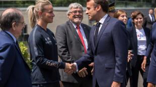 Tổng thống Pháp, Emmanuel Macron cổ vũ đội nhà tại trung tâm luyện tập Clairefontaine trước Cúp Bóng Đá Thế Giới Nữ 2019.