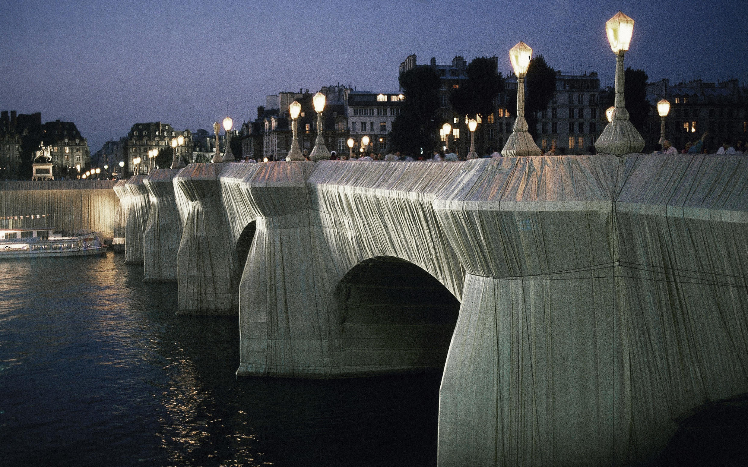 The Pont-Neuf, oldest bridge in Paris, was wrapped in 40,000 square meters of sandstone colored shiny nylon cloth by artist Christo in 1985.