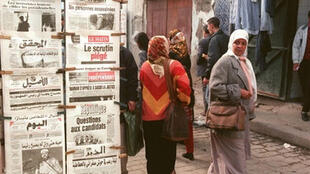 Un kiosque à journaux dans une rue d'Alger.