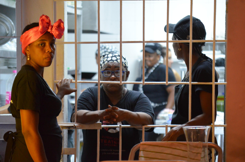 Des détenues faisant le service dans le restaurant de la prison.
