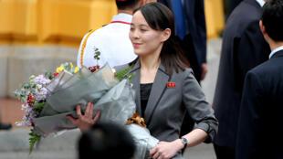 Kim Yo Jong, em gái nhà lãnh đạo Bắc Triều Tiên Kim Jong Un, cầm bó hoa trong buổi lễ tiếp đón tại Phủ chủ tịch, Hà Nội, ngày 01/03/2019.