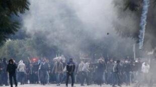 Tunisianos revoltados com o assassinato de Chokri Belaid entram em choque com a polícia à margem do enterro do opositor nesta sexta-feira, em Túnis.