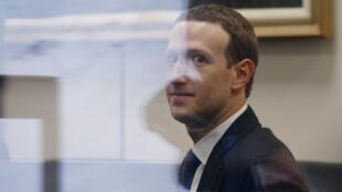 El presidente de Facebook, Mark Zuckerberg, durante su reunión con el senador estadounidense Bill Nelson el 9 de abril de 2018.