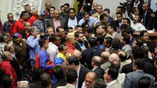 Desacatos entre os deputados da Mesa da unidade democrática (MUD) e do Partido socialista unificado da Venezuela (PSUV) no parlamento em Caracas, a 25 de Outubro de 2016.