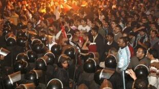 Des Egyptiens manifestant devant l'ambassade d'Algérie, au Caire, le 19 novembre 2009.
