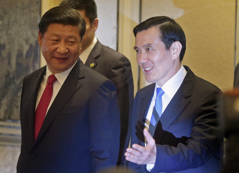 Les deux présidents: Xi Jinping (G - République populaire de Chine) et Ma Ying-jeou (D - République de Chine) à leur arrivée au sommet de Singapour ce samedi 7 novembre.