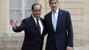 French President Francois Hollande (L) welcomes U.S. Secretary of State John Kerry at the Elysee Palace in Paris, France, November 17, 2015.
