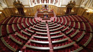 """Vista geral do famoso semicírculo (""""hemicycle"""", no original em francês) do Senado francês."""