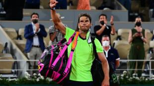 L'Espagnol Rafael Nadal quitte le court après sa défaite face au Serbe Novak Djokovc en demi-finale de Roland-Garros, le 11 juin 2021