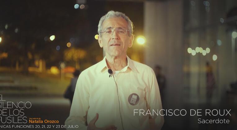 Le père Francisco de Roux, ici interviewé par l'équipe du film El silencio de los fusiles, a été nommé le 9 novembre à la tête de la Commission Vérité