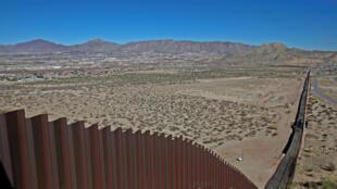 نمایی از بخش تازهساخته شده حصار مرزی ایالات متحده آمریکا و مکزیک. ٢۶ ژانویه ٢٠۱٧