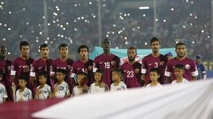 L'équipe du Qatar de football chantant l'hymne national.