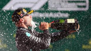 El finlandés Valtteri Bottas celebra con champagne en el podio del Gran Premio de Austria, luego de su victoria en la apertura del Mundial de Fórmula 1, el 5 de julio de 2020 en Spielberg