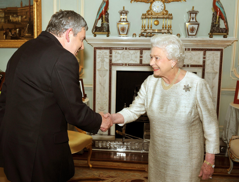Gordon Brown présente à la reine Elisabeth sa démission du poste de Premier ministre, le 11 mai 2010, à Buckingham Palace, à Londres.