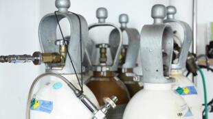 Des bouteilles contenant de l'hélium.