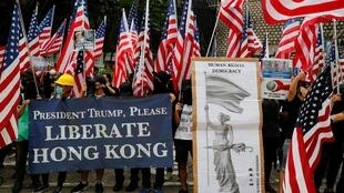 Nguời biểu tình giương khẩu hiệu và cờ Mỹ trong cuộc tuần hành ở Hồng Kông, Trung Quốc, ngày 08/09/2019