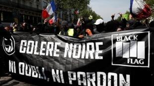 Black blocs marcam presença na manifestação do tradicional Dia do Trabalho em Paris, nesta quarta-feira 1° de maio.