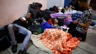 Migrantes venezolanos esperan en el Centro Binacional de Servicios Fronterizos de Perú, en la frontera con Ecuador, en Tumbes.
