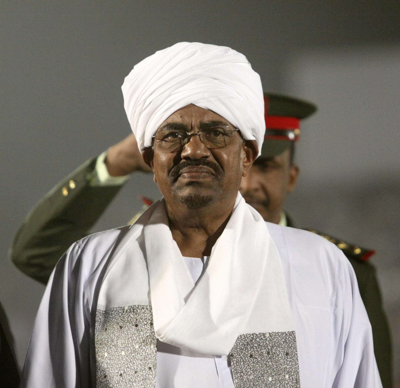 Le président soudanais Omar El Bechir sur la pelouse du Stade international de Khartoum.
