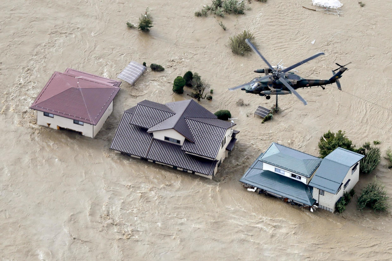 Helicóptero de las fuerzas armadas de Japón volando sobre áreas residenciales inundadas por el río Chikuma, en Nagano (centro), 13 de octubre de 2019.