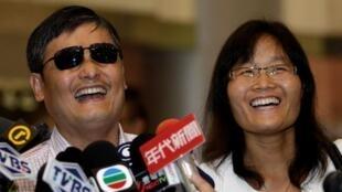 中国持不同政见者陈光诚和妻子袁伟静抵达台湾桃园国际机场2013年6月23日。