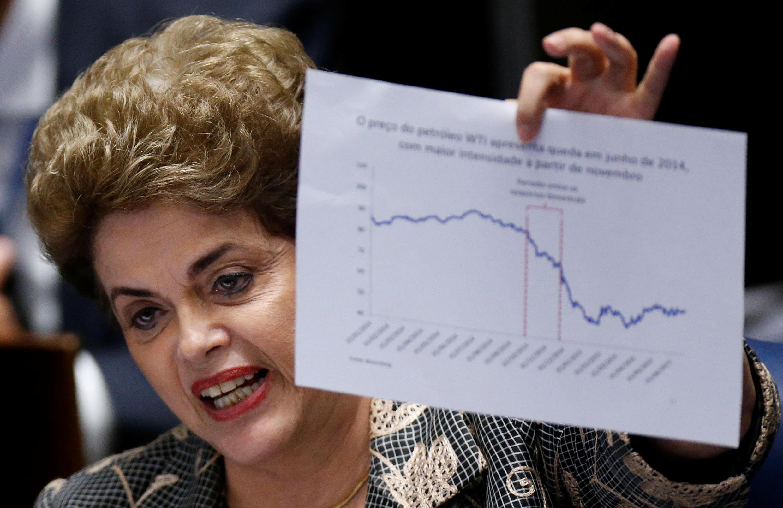 Devant les sénateurs, Dilma Rousseff brandit un graphique montrant la chute du prix du pétrole en 2014, le 29 août 2016, à Brasilia.