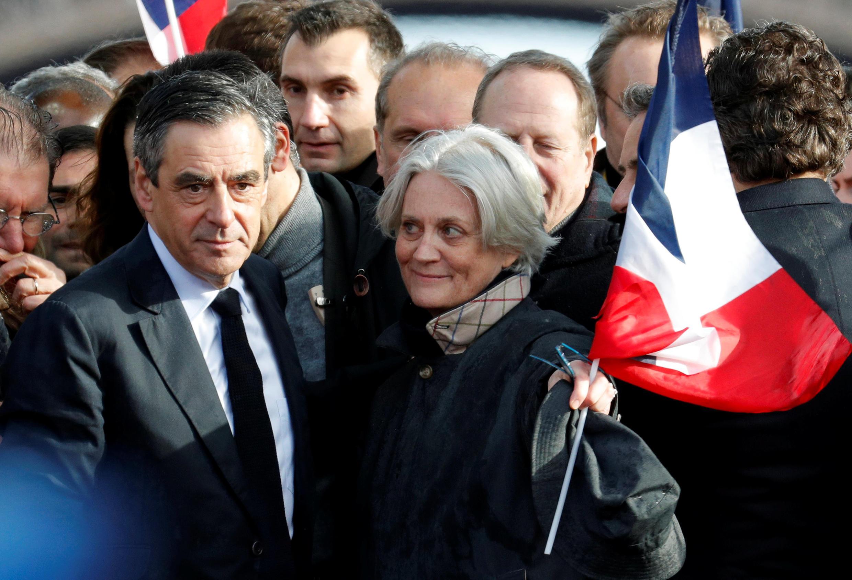 François Fillon acompanhado pela esposa Penelope no comício na Praça do Trocadero, em Paris, a 5 de Março de 2017.